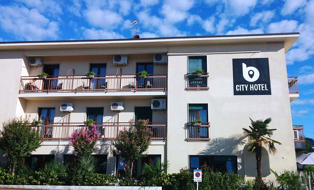 last minute bardolino b city hotel. Black Bedroom Furniture Sets. Home Design Ideas